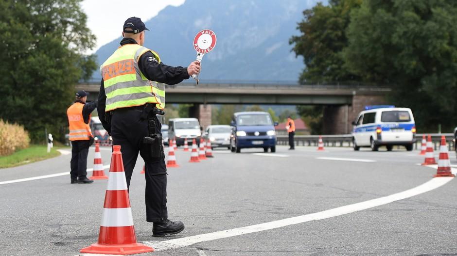 Grenzkontrollen an der deutsch österreichischen Grenze am 15 09 2015 an der Autobahnausfahrt A8 Bad