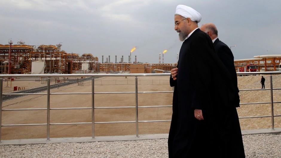 Hassan Rouhani, der Präsident Irans, vor einer Ölförderanlage.