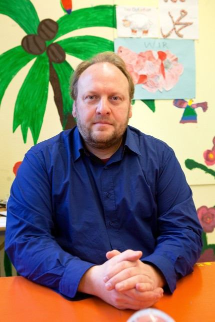 Hausaufgaben-Betreuer Christian Dörr in der Grundschule an der Ittlingerstraße