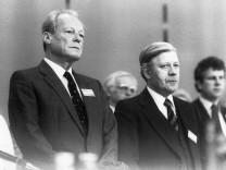 Willi Brandt und Helmut Schmidt auf dem Bundesparteitag der SPD am 19.04.1982