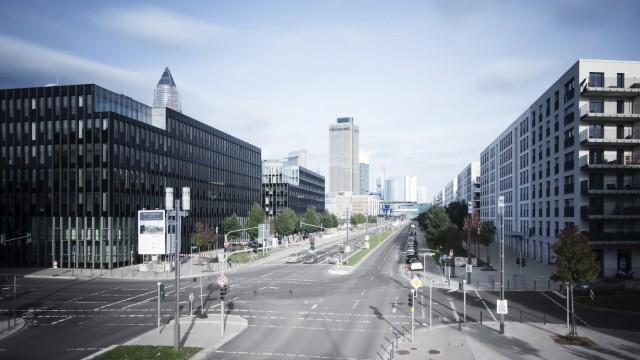 Germany Hesse Frankfurt crossroad at European quarter with view to skyline PUBLICATIONxINxGERxSUI