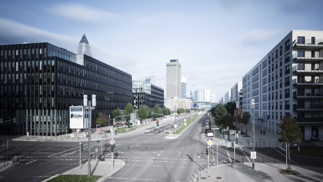 Germany Hesse Frankfurt crossroad at European quarter with view to skyline PUBLICATIONxINxGERxSUI