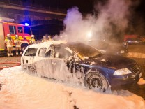 Brennende Autos am Rande der Pegida-Demonstration