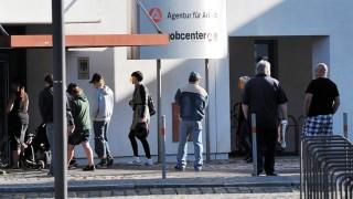 Vor dem Jobcenter der Bundesagentur für Arrbeit in Dessau warten Menschen auf den Beginnd der Sprech