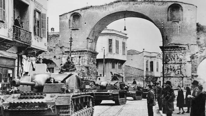 Deutsche Sturmgeschütze bei der Fahrt durch den Galerius-Bogen von Thessaloniki. (Foto: Süddeutsche Zeitung Photo)
