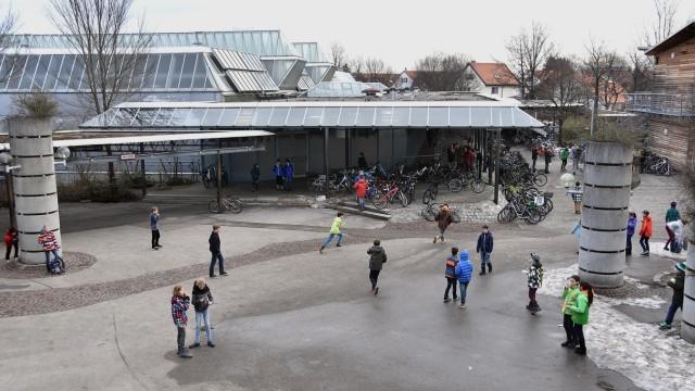 Pausenhof und Turnhalle