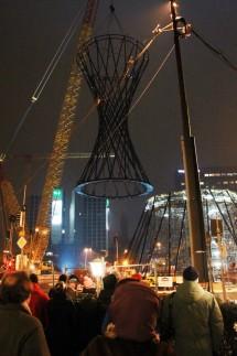 """Aufstellen der Skulptur """"Mae West"""" am Münchner Effnerplatz, 2011"""