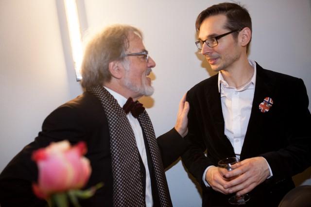 Premiere, Uraufführung: South Pole. Premierenfeier: Komponist Miroslav Srnka (rechts) wird beglückwünscht