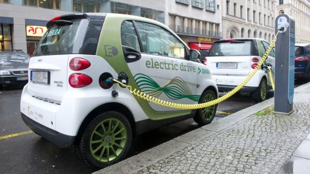 Smart Fortwo Electric Drive an einer Ladesäule für Elektroautos