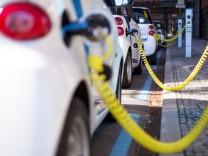 Elektroautos der Marke Smart des Carsharing Anbieters Car2Go an einer Aufladestation am Potsdamer Pl