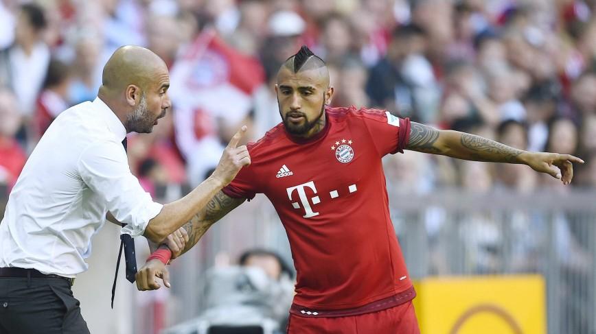 VIDAL Arturo Team FC Bayern Muenchen mit Trainer Pep GUARDIOLA DFL Fussball Bundesliga Saison 2015 2