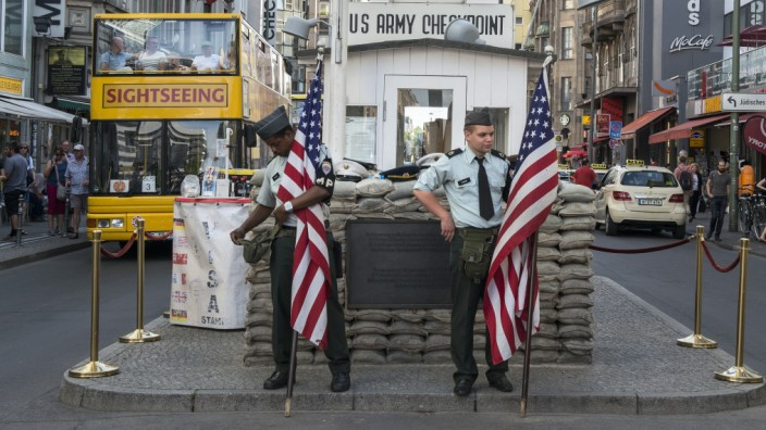 Szenerie am Checkpoint Charlie, einer der Hauptattraktionen Berlins.
