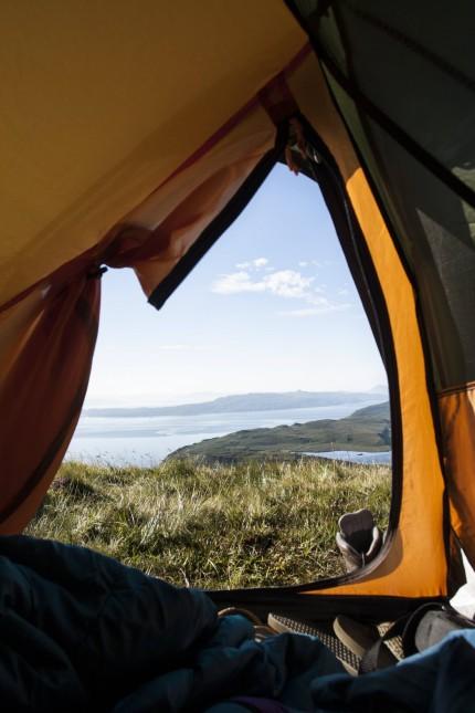 Ausblick vom Zeltinneren über den Sound of Raasay Isle of Skye Schottland Großbritannien Europa