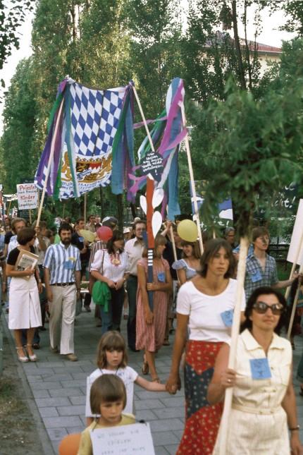 """Buch Karl Klühspies """"München nicht wie geplant""""; Demonstrationszug in der Leopoldstraße gegen die Bebauung des Leopoldparks, 1975"""