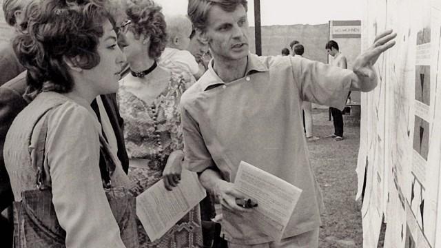 """Buch Karl Klühspies """"München nicht wie geplant""""; Karl Klühspies im Gespräch mit einer Bürgerin an einem Stand des Münchner Forums über die Planungen für die Sanierung Lehel, 1970;"""