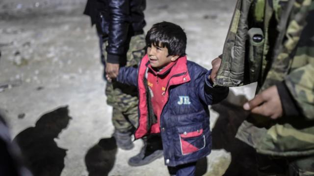 Vor der türkischen Grenze bei Öncüpınar warten syrische Flüchtlinge verzweifelt auf die Ausgabe von Zelten.