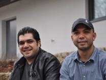 Hasan (links) und Khaled, beide 33, Syrische Flüchtlinge im Containerdorf in der Münchener Straße in Ebersberg.