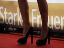 """Frauenbeine vor Schriftzug """"Starke Frauen"""""""