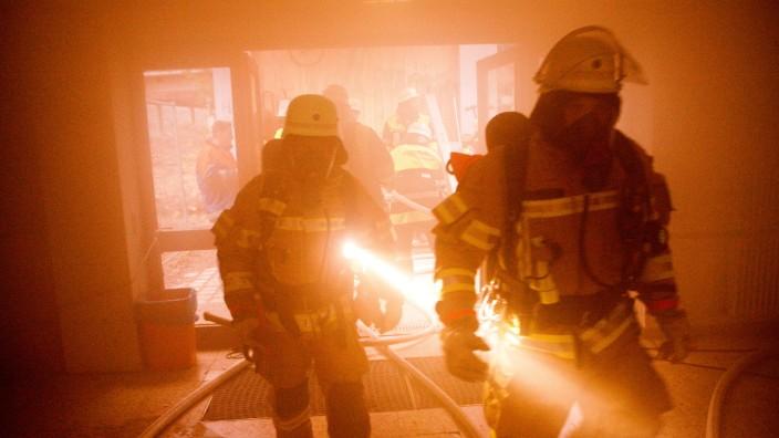Feuerwehrübung WHG Garching, Dreifachturnhalle. Löschen von zwei Bränden in den Umkleiden wird geübt. Außerdem sind die Umkleiden mit starken Nebelmaschinen vernebelt, es befinden sich Verletzte darin, sowohl Puppen, als auch 'echte' Menschen.