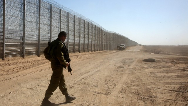 Prime Minister Benjamin Netanyahu visit the new fenceat the borde