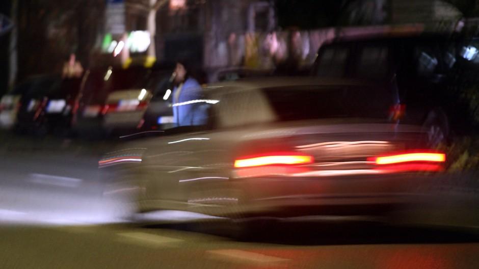 Verschwommenes Bild eines Autos bei Dunkelheit