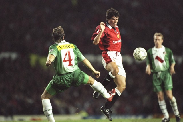 Roy Keane of Manchester United (right) challenges Trifon Ivanov of Rapid