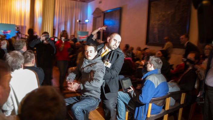 Störer Randalierer werden von Ordnungskräften aus dem Saal getragen Neujahrsempfang der AfD und Ge