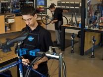 Eine gut eingerichtete Werkstatt ist das A und O, ob im professionellen Umfeld oder daheim im Radkeller. ; Fahrrad-Werkstatt