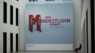 Deutschland Berlin Tag der offnen Tür im Arbeitsministerium Sicherheitsangestellte vor einem Mind