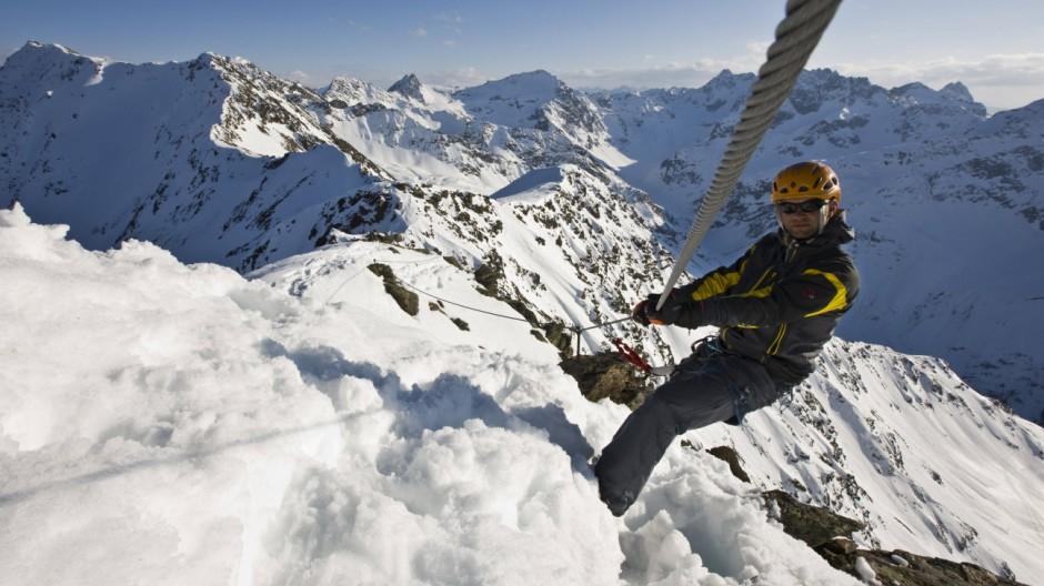 Auf dem Arlberger Winterklettersteig in einer Höhe von bis zu 2800 Meter sichert einen das Stahlkabel vor dem Absturz.