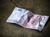 500 Euro Schein auf dem Boden geplante Abschaffung der 500 Euro Banknote