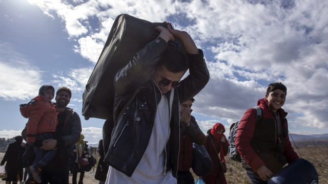 Thousand of refugees continue to pass through Macedonia on their