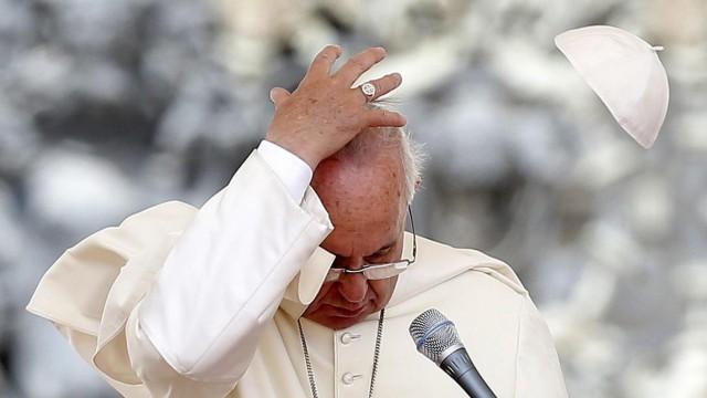 Wie man im Vatikan stilecht die Hitze erträgt