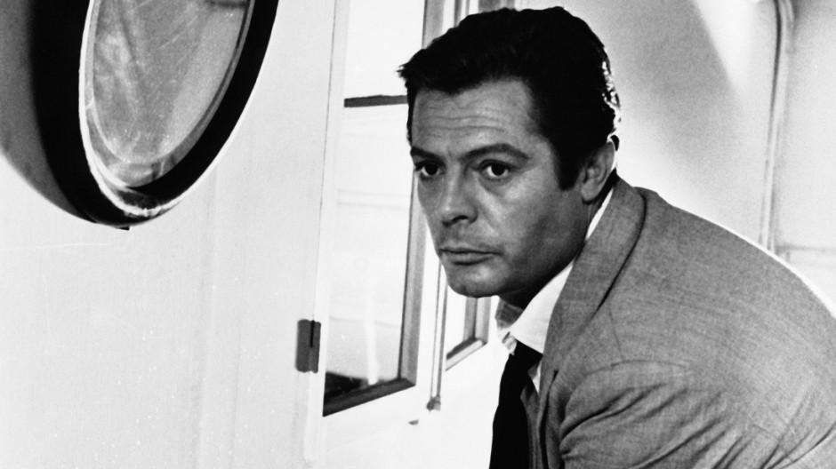 Marcello Mastroianni in der Roman-Verfilmung als Meursault