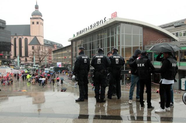 Weiberfastnacht im Karneval Köln Nordrhein Westfalen Deutschland großes Aufgebot an Polizei sorgt