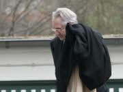 Klaus Zumwinkel kehrt in Köln nach seiner Vernehmung durch die Staatsanwaltschaft in sein Haus zurück.  Foto: AP