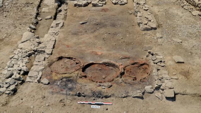 Raum mit drei Öfen und Unterlagen für Mühlsteine in römischer Taverne