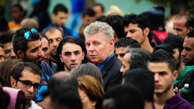 Dieter Reiter besucht Flüchtlingsunterkunft in der Bayernkaserne in München, 2014
