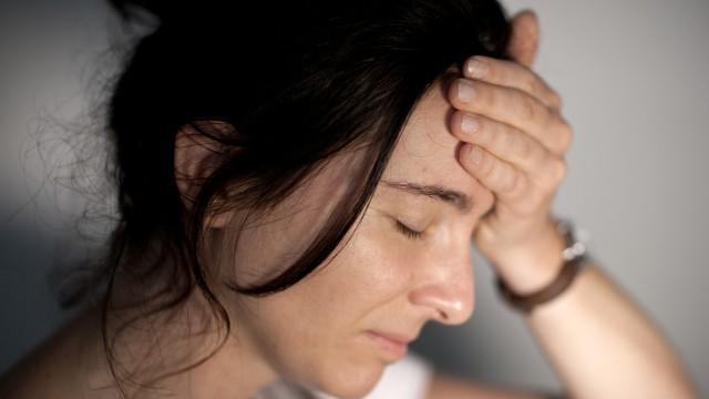 Frau empfindet Schmerzen