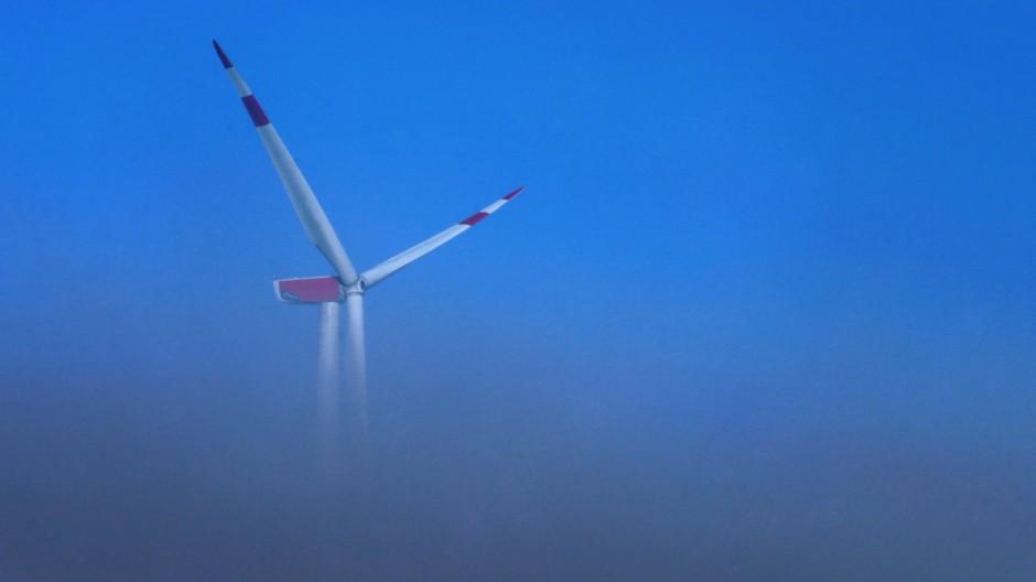 Windrad ragt aus dem Nebel
