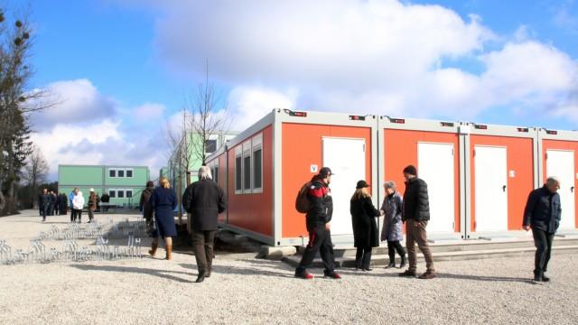 Bürger besichtigen Flüchtlingsheim ; Bürger besichtigen Asylantenheim