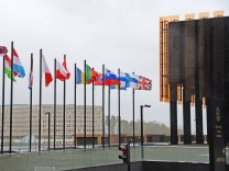 Fahnen der Mitgliedslaender wehen vor dem Gebaeudekomplex des Europaeischer Gerichtshof EuGH aufg