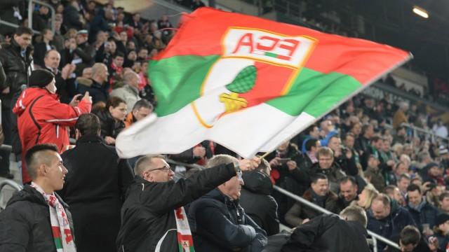 v li Ein Augsburger Fan schwenkt eine Fahne Fans Publikum Zuschauer Stimmung Atmosphäre Stad; Augsburg