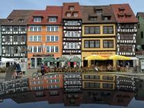 Touristen genießen Sommerwetter in Erfurt