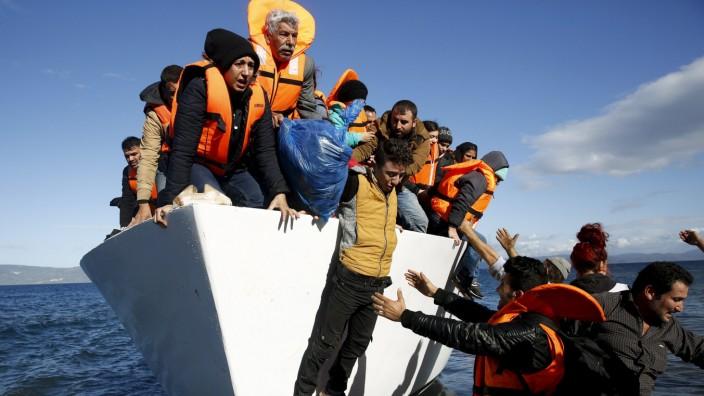 Flüchtlingsboot vor der griechischen Insel Lesbos