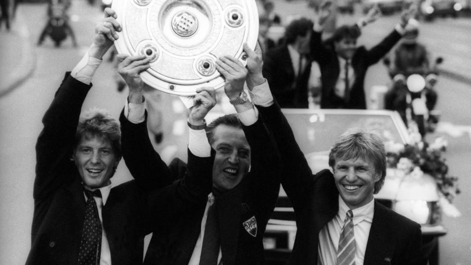 VfB Stuttgart, deutscher Meister 1983/1984, v.li.: Karlheinz Förster, Präsident Gerhard Mayer Vorfel