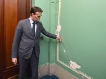 Rundgang im Opernhaus mit Finanzminister Schmid