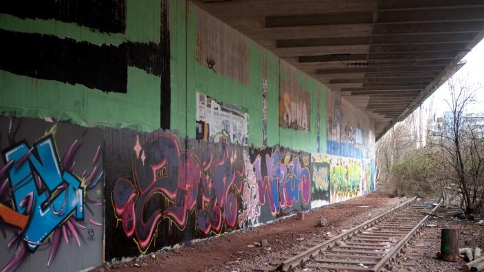 Graffiti. Grünzone im Verlauf der alten Olympia-S-Bahn am Rande des Olympiaparks. Olympiabahnhof (Oberwiesenfeld)