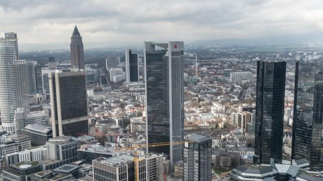 Dunkle Wolken über den Bankentürmen