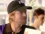 Brad Pitt als Paketboy.